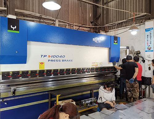 上海客户125吨折弯机使用现场